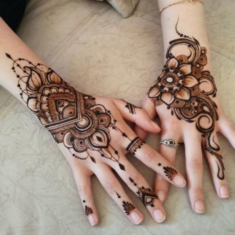 Henna Floral Hand Designa