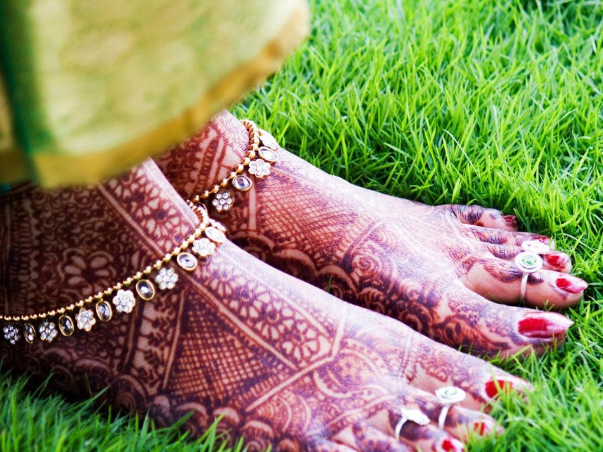Simple bridal foot mehndi design