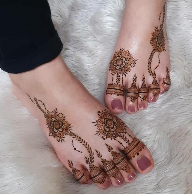new model foot finger mehndi design